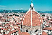 Italie, Florence  1-8-2001..Uitzicht over Florence, met de koepel van de Dom op de voorgrond. Toerisme, Duomo van Brunelleschi..Foto: Flip Franssen