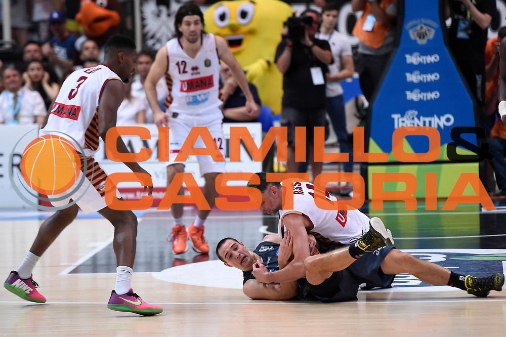 Tomas Ress, Aaron Craft<br /> Dolomiti Energia Aquila Basket Trento - Umana Reyer Venezia<br /> Lega Basket Serie A 2016/2017<br /> Playoff, finale gara 3<br /> Trento, 14/06/2017<br /> Foto M.Ceretti / Ciamillo-Castoria