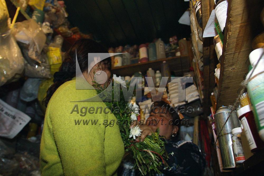 """Toluca, Méx.- Para recibir el año nuevo muchas personas acuden a la zona de tiendas esotericas del mercado 16 de septiembre buscando limpias, amuletos y recetas milagrosas para la buena suerte, fortuna y amor que solo hacen efecto segun """"Toñita"""" con un minimo de fe. Agencia MVT / Mario Vazquez de la Torre. (DIGITAL)<br /> <br /> NO ARCHIVAR - NO ARCHIVE"""