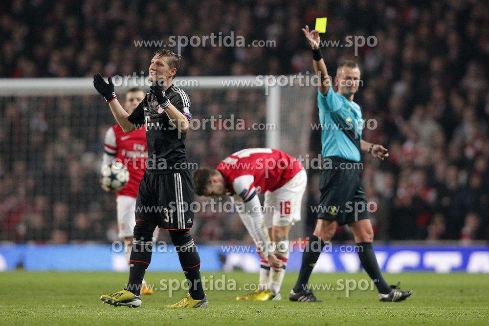 19.02.2013, Emirates Stadion, London, ENG, UEFA Champions League, FC Arsenal vs FC Bayern Muenchen, Achtelfinale Hinspiel, im Bild Schiedsrichter Svein Oddvar MOEN (Norwegen) zeigt Bastian SCHWEINSTEIGER (FC Bayern Muenchen - 31) die gelbe Karte // during the UEFA Champions League last sixteen first leg match between Arsenal FC and FC Bayern Munich at the Emirates Stadium, London, Great Britain on 2013/02/19. EXPA Pictures © 2013, PhotoCredit: EXPA/ Eibner/ Ben Majerus..***** ATTENTION - OUT OF GER *****