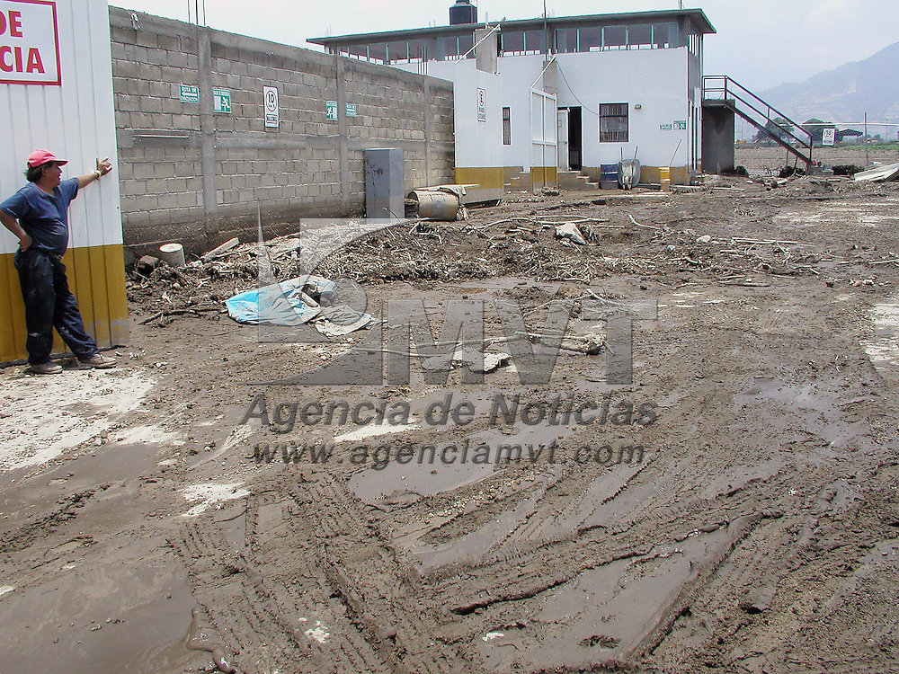 Tenango del Valle, M&eacute;x.- M&aacute;s de 400 hect&aacute;reas y varias industrias entre las de suministro de gas como depositos de fertilizantes, gasilineras y un centro comercial, fueron afectados por las intensas lluvias que desbordaron del rio San Isidro en el municipio de Tenengo del Valle. Agencia MVT / HERNAN VAZQUEZ E. (DIGITAL)<br /> <br /> NO ARCHIVAR - NO ARCHIVE