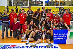 30-12-2010 VOLLEYBAL: ERMA CLASSIC SL BENFICA - RIVIUM ROTTERDAM: ALMELO<br /> Het team van SL Benfica met de beker en de medailles<br /> ©2010-WWW.FOTOHOOGENDOORN.NL / Peter Schalk