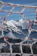 Filets de sécurité au bord de la piste de ski de La Berra, donnant vue sur les préalpes fribourgeoises et le Gros Brun / Schafharnisch. © Romano P. Riedo