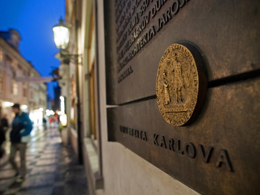 Schrifttafel und das Logo der Karlsuniversitaet in der Celetna Straße in Prag.<br /> <br /> Logo of Charles University at Celetna Street in the city center of Prague.