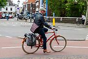 Een man fietst op een Johny Loco fiets door de binnenstad van Utrecht.<br /> <br /> A man is riding his Johny Loco bike at the city center of Utrecht.