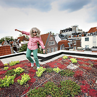 """Nederland, Amsterdam , 11 juli 2011..Leora Rosner op haar """"groene dak"""" op de korte Koningstraat in de Nieuwmarkt buurt..Verhaal over het benutten van daken in de stad voor groene doeleinden..Foto:Jean-Pierre Jans"""