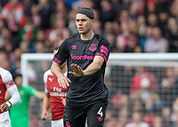 Football - 2018 / 2019 Premier League - Arsenal vs. Everton<br /> <br /> The head bandaged Michael Keane (Everton FC ) tells his team mates to slow the pace down at The Emirates.<br /> <br /> COLORSPORT/DANIEL BEARHAM
