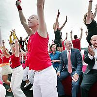 Nederland, Amsterdam , 1 augustus 2009..Moslims op de barricade voor homo's..Kami-Kazi en Rachid Larouz treden op tijdens de openingsceremonie van de Gay Pride en Slotervaartjongens voetballen tegen homo's..Marcouch roept op: Ook hetero's en moslims moeten homo's helpen..Het gaat om de menswaardigheid..op 29 juli is in sportpark Sloten een voetbalwedstrijd tussen homo's en slotervaartjongens. Na de wedstrijd is er een halal babecue en een optreden van homo mannenkoor Manoeuvre..Op 1 augustus (zie foto) start de botenparade in slotervaart met een openingsceremonie..Cabaretier Rachid Larouz maakt sketches over het homobeleid en Kami-Kazi rapt over het homoverdriet in Nieuw West..Op de foto:.Het hoogtepunt van de Gay Pride. The Canal Parade..Foto:Jean-Pierre Jans