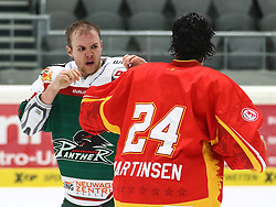 28.11.2014, Curt Frenzel Stadion, Augsburg, GER, DEL, Augsburger Panther vs Duesseldorfer EG, 21. Runde, im Bild Boxkampf kurz vor Schluss, auch hier ging der Sieg an Andreas Martinsen (Duesseldorfer EG, 24) gegen Brett Breitkreuz (Augsburger Panther #29) // during Germans DEL Icehockey League 21th round match between Augsburger Panther and Duesseldorfer EG at the Curt Frenzel Stadion in Augsburg, Germany on 2014/11/28. EXPA Pictures © 2014, PhotoCredit: EXPA/ Eibner-Pressefoto/ Krieger<br /> <br /> *****ATTENTION - OUT of GER*****