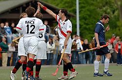 08-05-2005 HOCHEY: PINOKE-AMSTERDAM: AMSTELVEEN<br /> Amsterdam wint met 4-3 van Pinoke. Pinoke speelt door deze uitslag play out wedstrijden. - Robin de vries scoorde de 3-1. Bij de strafcorner Ben Hawes en Timo Bruinsma<br /> ©2005-WWW.FOTOHOOGENDOORN.NL