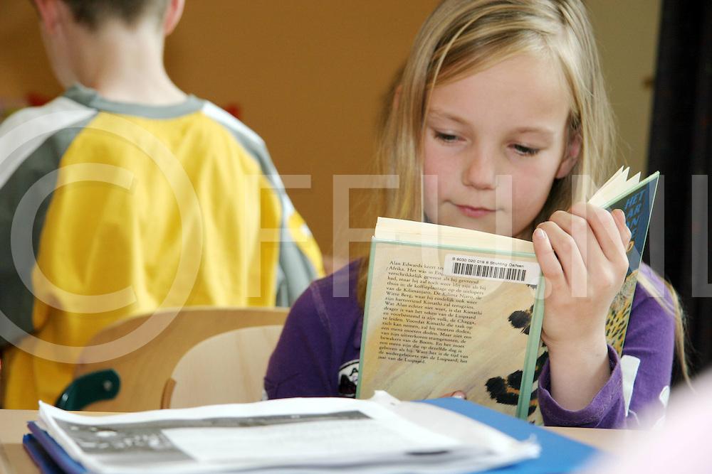060426, lemelerveld, ned<br /> Een leerling van basisschool Heidepark die aan het lezen is, <br /> fotografie frank uijlenbroek&copy;2006 jasper van der zwan