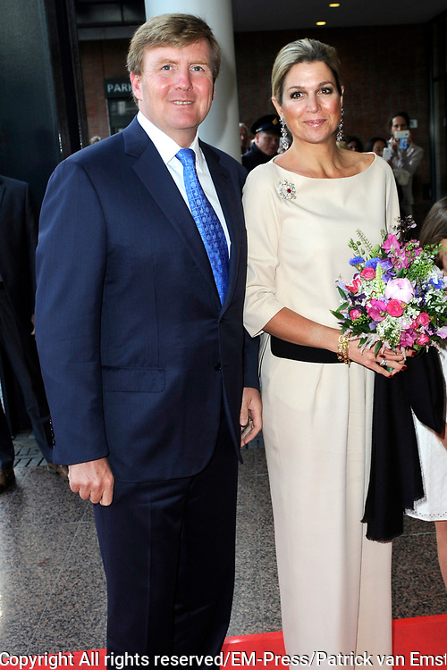 Koning en koningin bij de openingsvoorstelling van de 67e editie van het Holland Festival bij het Nationale Opera & Balletgebouw / Stopera.<br /> <br /> King and Queen at the opening presentation of the 67th edition of the Holland Festival at the National Opera & Ballet Building / Stopera.<br /> <br /> Op de foto / On the photo:  Koning Willem-Alexander en koningin Maxima / King Willem-Alexander and Queen Maxima