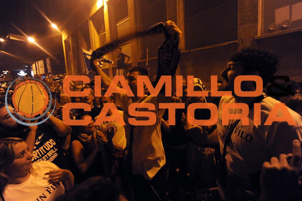 DESCRIZIONE : Forli LNP Lega Nazionale Pallacanestro Serie A Dilettanti 2009-10 Playoff Finale Gara5 Vemsistemi Forli Amori Fortitudo Bologna<br /> GIOCATORE : Matteo Malaventura piazza Azzarita festeggiamenti a Bologna <br /> SQUADRA : Amori Fortitudo Bologna<br /> EVENTO : Lega Nazionale Pallacanestro 2009-2010 <br /> GARA : Vemsistemi Forli Amori Fortitudo Bologna<br /> DATA : 16/06/2010<br /> CATEGORIA : esultanza<br /> SPORT : Pallacanestro <br /> AUTORE : Agenzia Ciamillo-Castoria/M.Marchi<br /> Galleria : Lega Nazionale Pallacanestro 2009-2010 <br /> Fotonotizia : Forli LNP Lega Nazionale Pallacanestro Serie A Dilettanti 2009-10 Playoff Finale Gara5 Vemsistemi Forli Amori Fortitudo Bologna<br /> Predefinita :