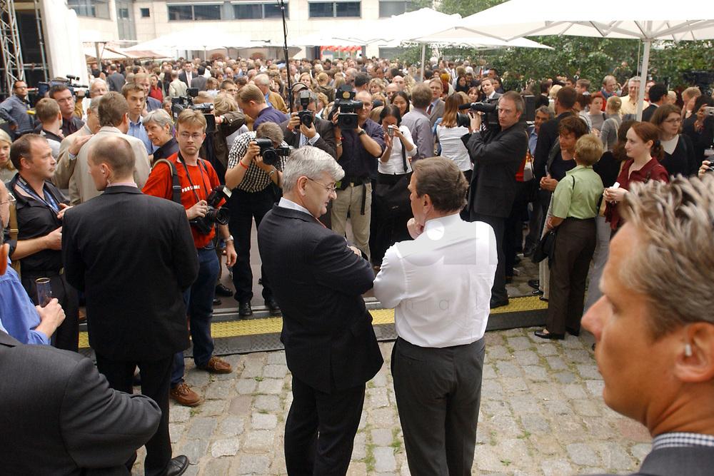 01 JUL 2003, BERLIN/GERMANY:<br /> Joschka Fischer (L), B90/Gruene, Bundesaussenminister, und Gerhard Schroeder (R), SPD, Bundeskanzler, im Gespraech, 4. Hoffest der SPD Bundestragsfraktion<br /> IMAGE: 20030701-02-025<br /> KEYWORDS: Sommerfest, Fraktionsfest, Gerhard Schröder, Gespräch, Ruecken, Rücken