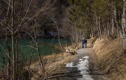 THEMENBILD - Spaziergänger am Ufer des Klammsee, aufgenommen am 25. März 2018, Kaprun, Österreich // Strollers on the shore of the Klammsee on 2018/03/25, Kaprun, Austria. EXPA Pictures © 2018, PhotoCredit: EXPA/ Stefanie Oberhauser