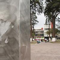 Toluca, México.- La exposición escultórica de artistas internacionales que se encuentra en el parque Zaragoza, comienza a presentar rastros de actos vandálicos como rayones y pegotes, además algunas personas utilizan estas obras de arte como bancas. Agencia MVT / Arturo Rosales Chávez. (DIGITAL)