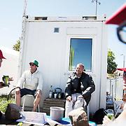 Johnny, Keld, Svenson og Gitte nyder et par øl i solen udenfor drankernes værested i Allinge.