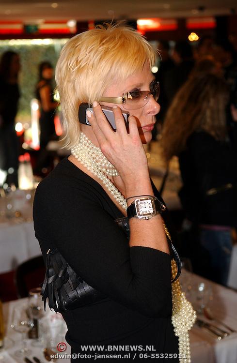 Benefietdiner tbv Orange Babies door Dinerjaarkaart, Monique des Bouvrie bellend.mobiele telefoon