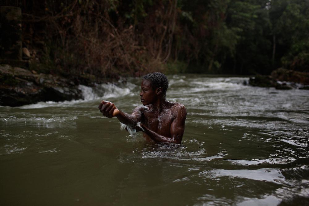 NDuma, Congo<br /> <br /> En av rebell gruppen RM, Raia Mutomboki, f&auml;sten &auml;r i byn NDuma.<br /> En soldat tv&auml;ttar sig i floden.<br /> <br /> Photo: Niclas Hammarstr&ouml;m