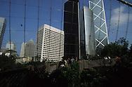 Hong Kong.  park   Central    and aviary    /   park ,  et volière  /   Park un espace vert en plein coeur des buildings  /   en plein centre de Victoria est un des rares espaces vert du centre ville encerclé par les tours de - Central - . au milieu du parc les Hongkongais tentent de retrouver leur racines rurales dans la volière.  Central      /  R94/4    L940629d  /  R00094  /  P0001914