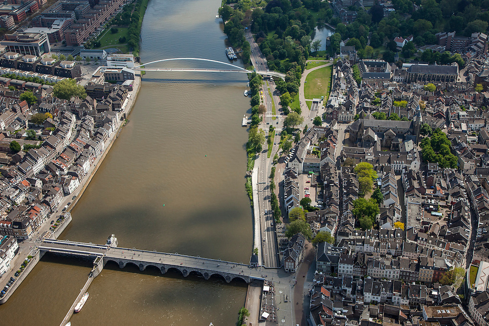 Nederland, Limburg, Gemeente Maastricht, 27-05-2013; De Maas met beneden de Sint Servaasbrug, en de Maasboulevard, rechts de historische binnenstad, links de Oeverwal in stadsdeel Wyck . Boven de fiets- en voetgangersbrug Hoge Brug (architect Ren&eacute; Greisch) naar Wyck en de nieuwe wijk Ceramique (linksboven).<br /> The river Maas (Meuse) with the St. Servaas Bridge (bottom), and the Maasboulevard, the Old Townon the right  and other bank the new constructed district Ceramique.<br /> luchtfoto (toeslag op standaardtarieven);<br /> aerial photo (additional fee required);<br /> copyright foto/photo Siebe Swart.