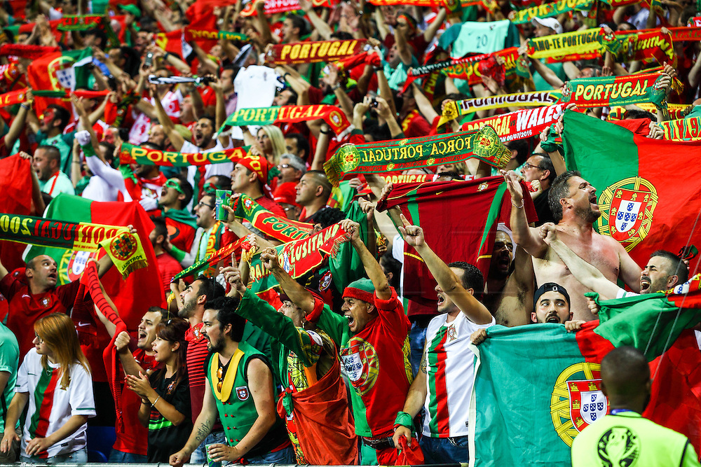 YON, FRANCE, 07.06.2016 - WALES PORTUGAL Supporters of Portugal match against Wales, valid for the semi-finals of Euro 2016 at the Grand Stade de Decines-Charpieu near Lyon, France, on this Wednesday (6 ).