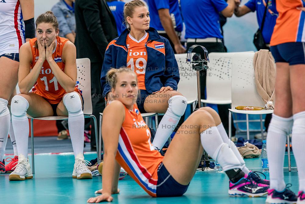 01-10-2017 AZE: Final CEV European Volleyball Nederland - Servie, Baku<br /> Nederland verliest opnieuw de finale op een EK. Servi&euml; was met 3-1 te sterk / Anne Buijs #11 of Netherlands, Nika Daalderop #19 of Netherlands