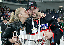 25.04.2010, TUI Arena, Hannover, GER, DEL, Hannover Scorpions vs Augsburger Panther, Play Off, im Bild Thomas Dolak (Hannover #9) bekommt ein Kuss EXPA Pictures © 2010, PhotoCredit: EXPA/ nph/  Schrader / SPORTIDA PHOTO AGENCY