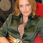 NLD/Eemnes/20061111 - Fotoshoot de Gouden Kooi, drank voor de deur, deelnemer, Sylvia