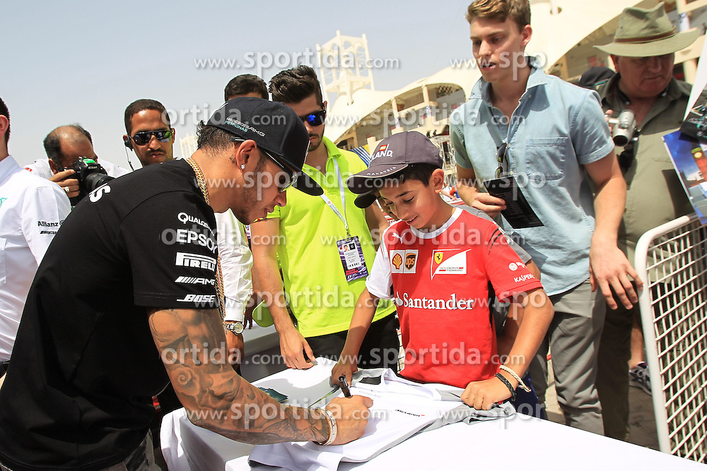 18.04.2015, International Circuit, Sakhir, BHR, FIA, Formel 1, Grand Prix von Bahrain, Qualifying, im Bild Lewis Hamilton (GBR) Mercedes AMG F1 signs autographs for the fans // during Qualifying of the FIA Formula One Bahrain Grand Prix at the International Circuit in Sakhir, Bahrain on 2015/04/18. EXPA Pictures &copy; 2015, PhotoCredit: EXPA/ Sutton Images/ Mirko Stange<br /> <br /> *****ATTENTION - for AUT, SLO, CRO, SRB, BIH, MAZ only*****