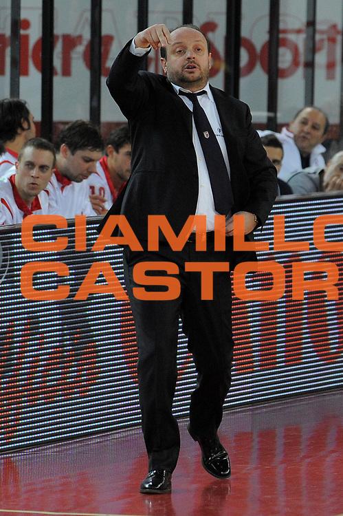 DESCRIZIONE : Roma Lega A 2009-10 Lottomatica Virtus Roma Banca Tercas Teramo <br /> GIOCATORE : Coach Andrea Capobianco<br /> SQUADRA : Banca Tercas Teramo <br /> EVENTO : Campionato Lega A 2009-2010 <br /> GARA : Lottomatica Virtus Roma Banca Tercas Teramo<br /> DATA : 13/12/2009<br /> CATEGORIA : Delusione<br /> SPORT : Pallacanestro <br /> AUTORE : Agenzia Ciamillo-Castoria/G.Vannicelli<br /> Galleria : Lega Basket A 2009-2010 <br /> Fotonotizia : Roma Campionato Italiano Lega A 2009-2010 Lottomatica Virtus Roma Banca Tercas Teramo <br /> Predefinita :