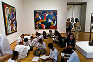 New York , Manhattan -Moma museum of modern art in midtown, lesson of art with teacher and student  New york - United states  /   Moma musee d art moderne a midtown , lecon d art avec professeur et eleves  New york - Etats unis