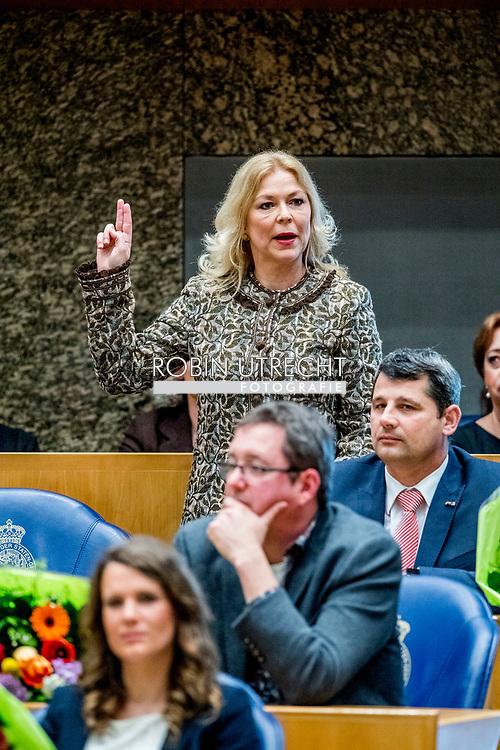 DEN HAAG - Madeleine van Toorenburg (CDA) legt de eed af tijdens de installatie van de nieuwe Kamerleden na de Tweede Kamerverkiezingen.democratie formatie holland installatie kabinetsformatie kamerleden kiezen nieuwe partijpolitiek politicus politiek tk2017 van