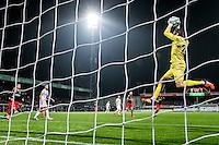ROTTERDAM - Excelsior - Vitesse , Voetbal , Eredivisie , Seizoen 2015/2016 , Stadion Woudestein , 31-10-2015 , Excelsior keeper Tom Muyters (r) plukt de bal uit de lucht