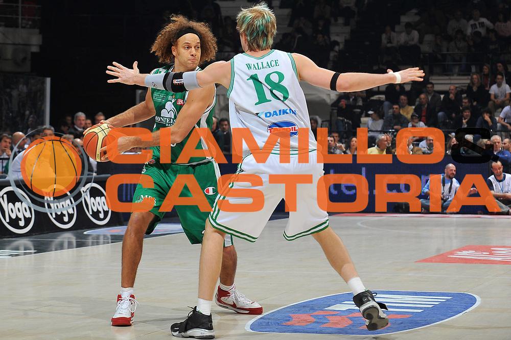 DESCRIZIONE : Bologna Final Eight 2009 Semifinale Montepaschi Siena Benetton Treviso<br /> GIOCATORE : Shaun Stonerook  <br /> SQUADRA : Montepaschi Siena<br /> EVENTO : Tim Cup Basket Coppa Italia Final Eight 2009<br /> GARA : Montepaschi Siena Benetton Treviso<br /> DATA : 21/02/2009<br /> CATEGORIA : palleggio<br /> SPORT : Pallacanestro<br /> AUTORE : Agenzia Ciamillo-Castoria/A.Dealberto