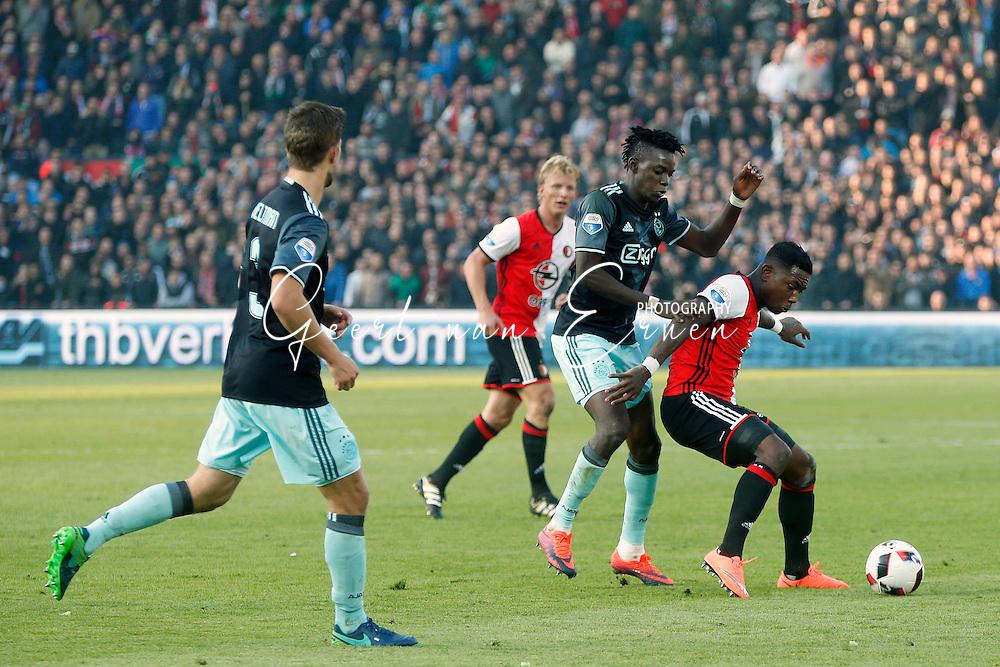 23-10-2016 VOETBAL: EREDIVISIE: FEYENOORD- AJAX: ROTTERDAM <br /> <br /> Eljero Elia van Feyenoord in duel met Bernard Traore van Ajax <br /> <br /> Foto: Geert van Erven