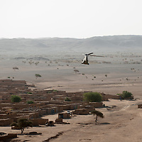 07/03/2013. Tessalit. Mali. Le ministre de la Defense Jean Yves Le Drian fait une visite aux troupes à Tessalit et la vallée de Ametatai.  ©Sylvain Cherkaoui/ Cosmos pour Le Monde.