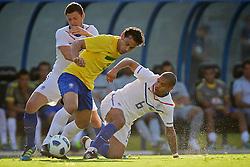 Nigel de Jong (D) disputa bola com Fred durante o jogo amistoso entre as seleções de Brasil e Hoalnda no estádio Arena da Baixada, em Goiânia, Brasil, em 04 de junho de 2011. FOTO: Jefferson Bernardes/Preview.com