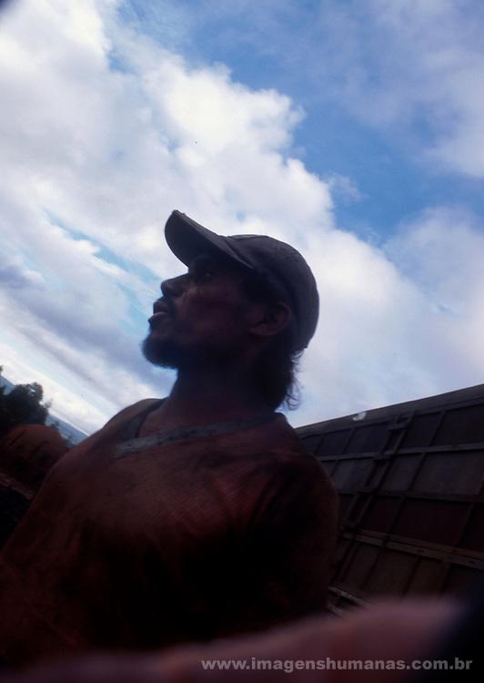 Trabalhador carvoeiro carregando de carv