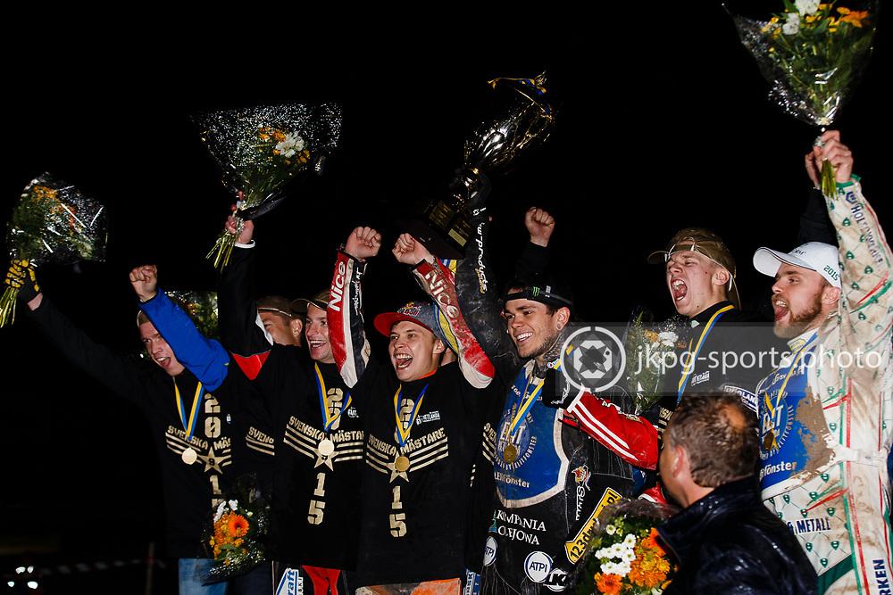 150916 Speedway, SM-final, Vetlanda - Indianerna<br /> Elit Vetlanda lyfter pokalen och jublar efter vinsten.<br /> Speedway, Swedish championship final,<br /> Team Vetlanda celebrates while lifting the trophy, as Swedish champions.<br /> &copy; Daniel Malmberg/Jkpg sports photo
