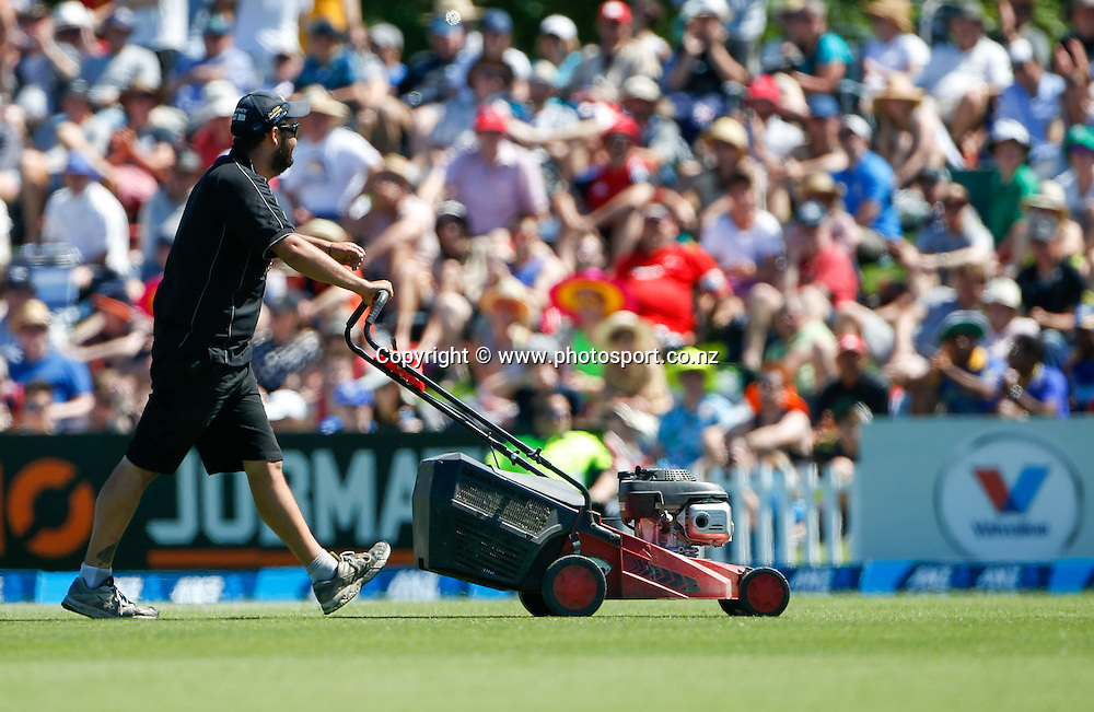 Ground staff work to fix the wicket. First day, ANZ Boxing Day Cricket Test, New Zealand Black Caps v Sri Lanka, 26 December 2014, Hagley Oval, Christchurch, New Zealand. Photo: John Cowpland / photosport.co.nz