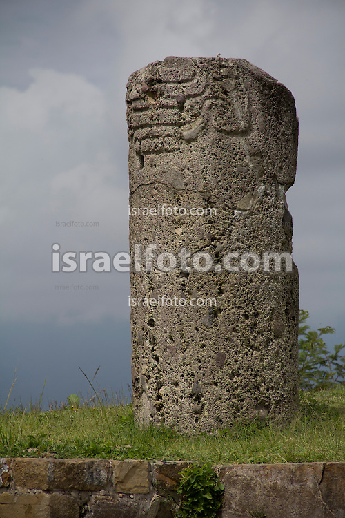 Columna con gravados en el sitio arqueológico de Monte Albán. Engraved column at the archaeological site of Monte Alban.