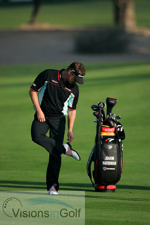 Joakim Haeggman cleans his golf shoes<br />