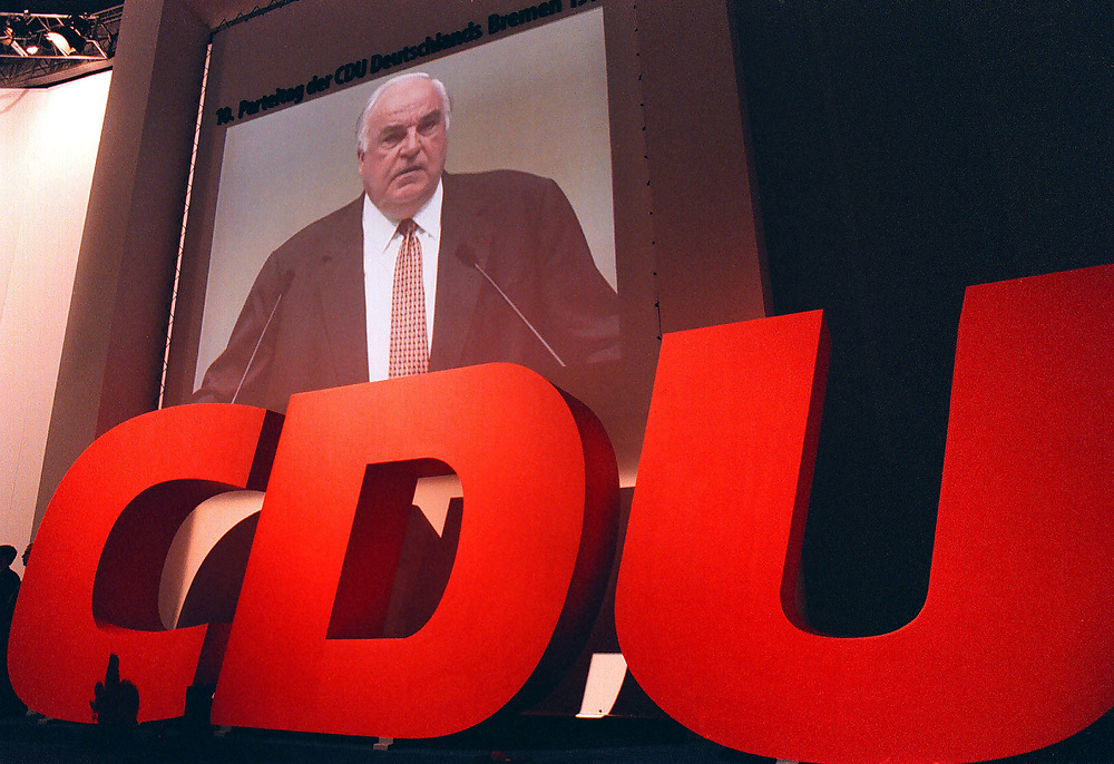 &copy;  christian  JUNGEBLODT.<br />CDU Bundesparteitag in Bremen 1998<br />DR. HELMUT KOHL , BUNDESKANZLER <br />bei seiner Rede - Videogro&szlig;bild<br />Bremen 18.05.1998