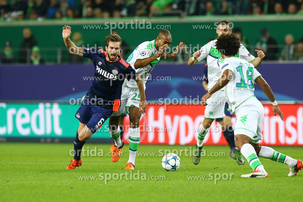 21.10.2015, Volkswagen Arena, Wolfsburg, GER, UEFA CL, VfL Wolfsburg vs PSV Eindhoven, Gruppe B, im Bild Naldo (#25, VfL Wolfsburg) foult Davy Proepper (#6, PSV Eindhoven) // during UEFA Champions League group B match between VfL Wolfsburg and PSV Eindhoven at the Volkswagen Arena in Wolfsburg, Germany on 2015/10/21. EXPA Pictures &copy; 2015, PhotoCredit: EXPA/ Eibner-Pressefoto/ Hundt<br /> <br /> *****ATTENTION - OUT of GER*****