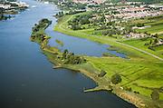 Nederland, Zuid-Holland, Lek, 08-09-2006; Willige Langerak, uiterwaard van de Lek, ten Oosten van Schoonhoven (het stadje nog net zichtbaar aan de horizon); in verband met dijkverbreding verder stroomopwaarts, is hier ruimte gemaakt voor waterberging: de oorspronkelijke dijk is verlaagd en gedeeltelijk doorgegraven - daardoor kan de voormalige uiterwaard onderwater lopen, meer landinwaarts is een nieuwe dijk aangelegd; ruimte voor de rivier, onderdeel deltaplan grote rivieren..zie ook andere (lucht)foto's van deze lokatie, deel van de serie Panorama Nederland..Fortificaction of the dikes. To prevent flooding, the ancient dike was partially stripped to let the water into the flood plain. A new dike was constructed more inland..Other aerial and panorama photos available, part of the series Panorama Nederland (major infrastucture photo project);<br /> luchtfoto (toeslag), aerial photo (additional fee)<br /> foto /photo Siebe Swart
