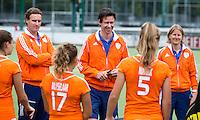EINDHOVEN - Bondscoach Raoul Ehren  met zijn assistenten Rock Mathijssen (l) en Janneke Schopman (r) zaterdag bij de oefenwedstrijd tussen het Nederlands team van Jong Oranje Dames en dat van de Vernigde Staten. Volgende week gaat het WK-21 in Duitsland van start. FOTO KOEN SUYK