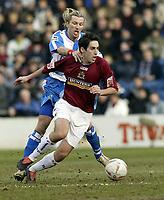 Fotball<br /> FA-cup 2005<br /> Burnley v Blackburn<br /> 20. februar 2004<br /> Foto: Digitalsport<br /> NORWAY ONLY<br /> Blackburn's Robbie Savage holds back Burnley's Peter Whittingham