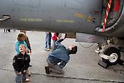 Duitsland, Weeze, 1-5-2008..Luchthaven Niederrhein (Weeze airport), vlak over de grens bij Nijmegen,  bestaat 5 jaar. Deze voormalige Britse luchtmachtbasis is een tot een succesvol leven als burgervliegveld..getransformeerd. Ryanair vliegt op verschillende bestemmingen. t.g.v. hiervan werden gisteren en vandaag een vliegshow gegeven. Ook konden mensen een deel van de vroegere basis bekijken...Op de foto bekijken een man en een kind de onderkant van een Harrier, een gevechtsvliegtuig dat verticaal kan opstijgen...Foto: Flip Franssen/Hollandse Hoogte