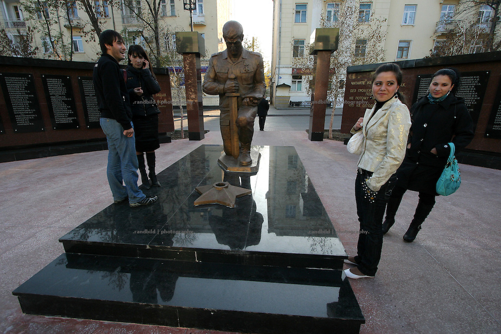 Ein paar Jugendliche treffen sich an dem neuen Kriegerdenkmal in Machatschkala, Dagestan. Some teenager meet at the new built war memorial in Makhachkala, Dagestan.